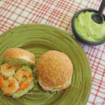 Hamburguesas de camarón con salsa de aguacate