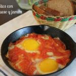 Huevos fritos con tomate, queso y jamón