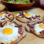 Pizza con huevo y tocineta