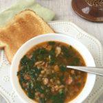 Sopa de lentejas, espinacas y tocineta