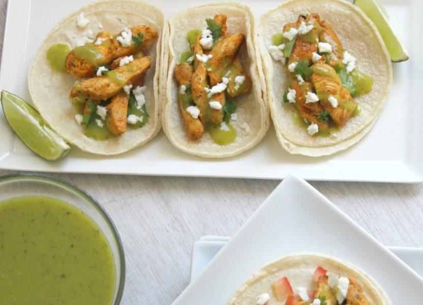 Tacos de pollo con salsa verde de aguacate