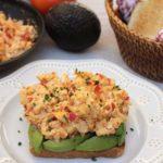 Tostada de aguacate y huevos pericos
