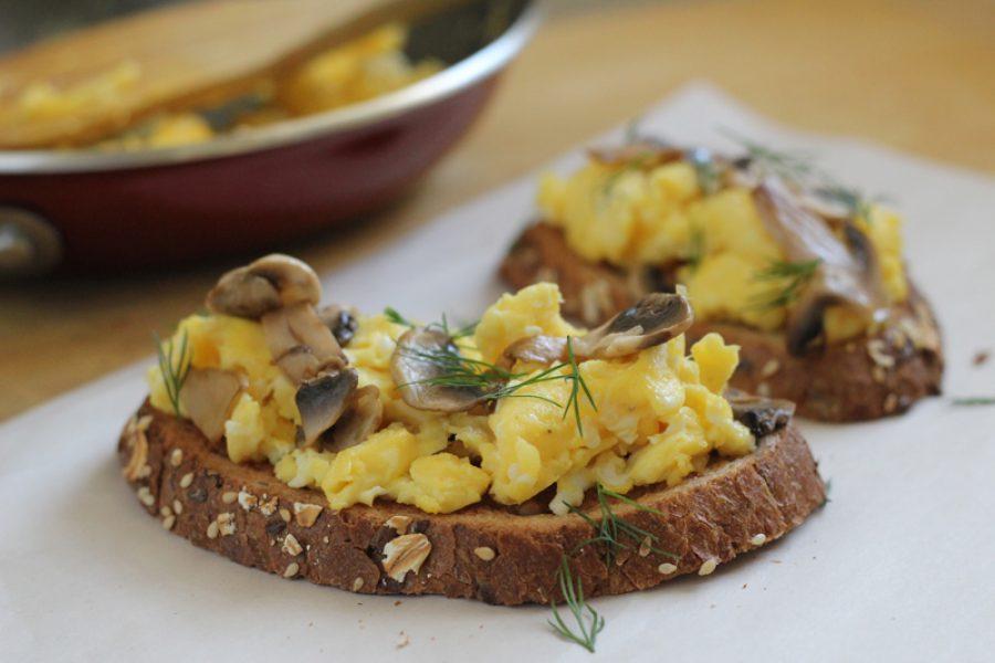Tostadas de huevo y champiñones