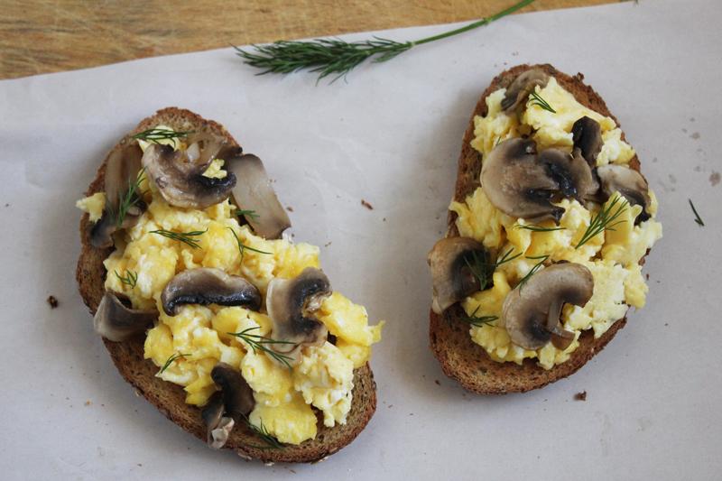 tostadas de huevo y champiñones receta