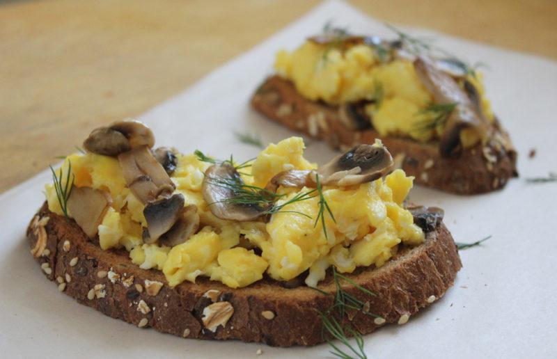 tostadas de huevo y champinones