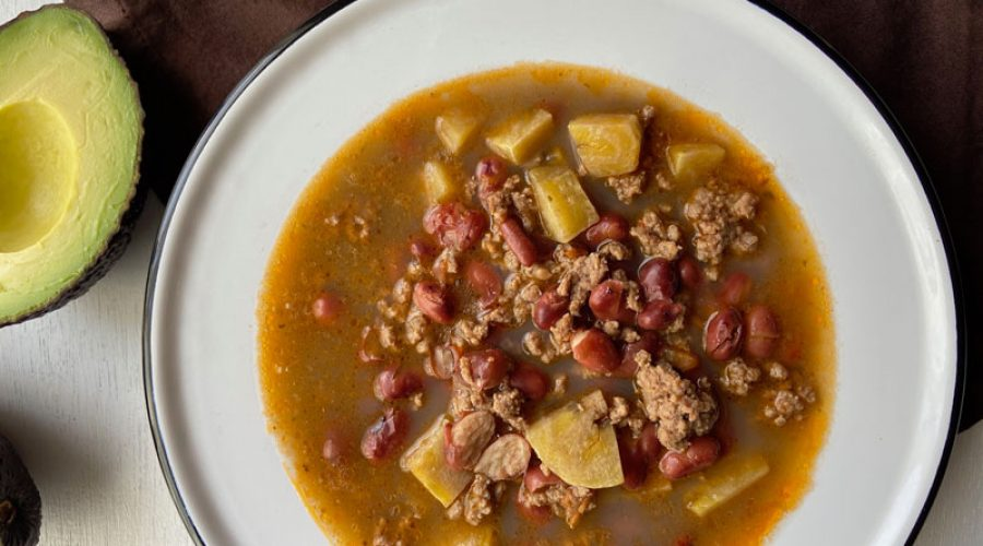 Sopa de frijoles y carne molida